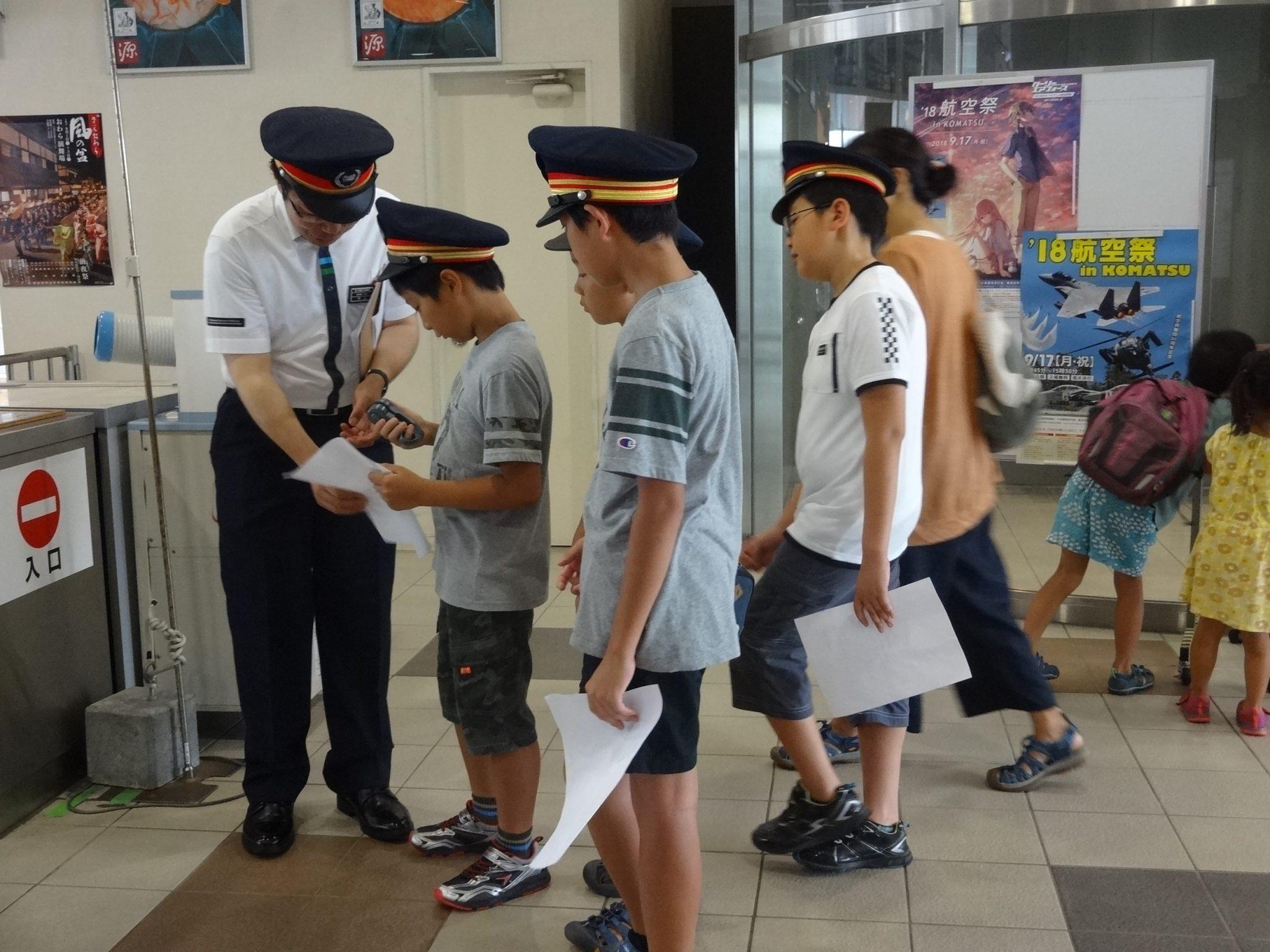 改札業務中の写真 (高岡駅)