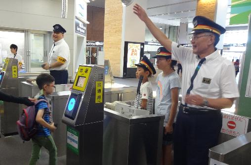 改札業務中の写真 (富山駅)