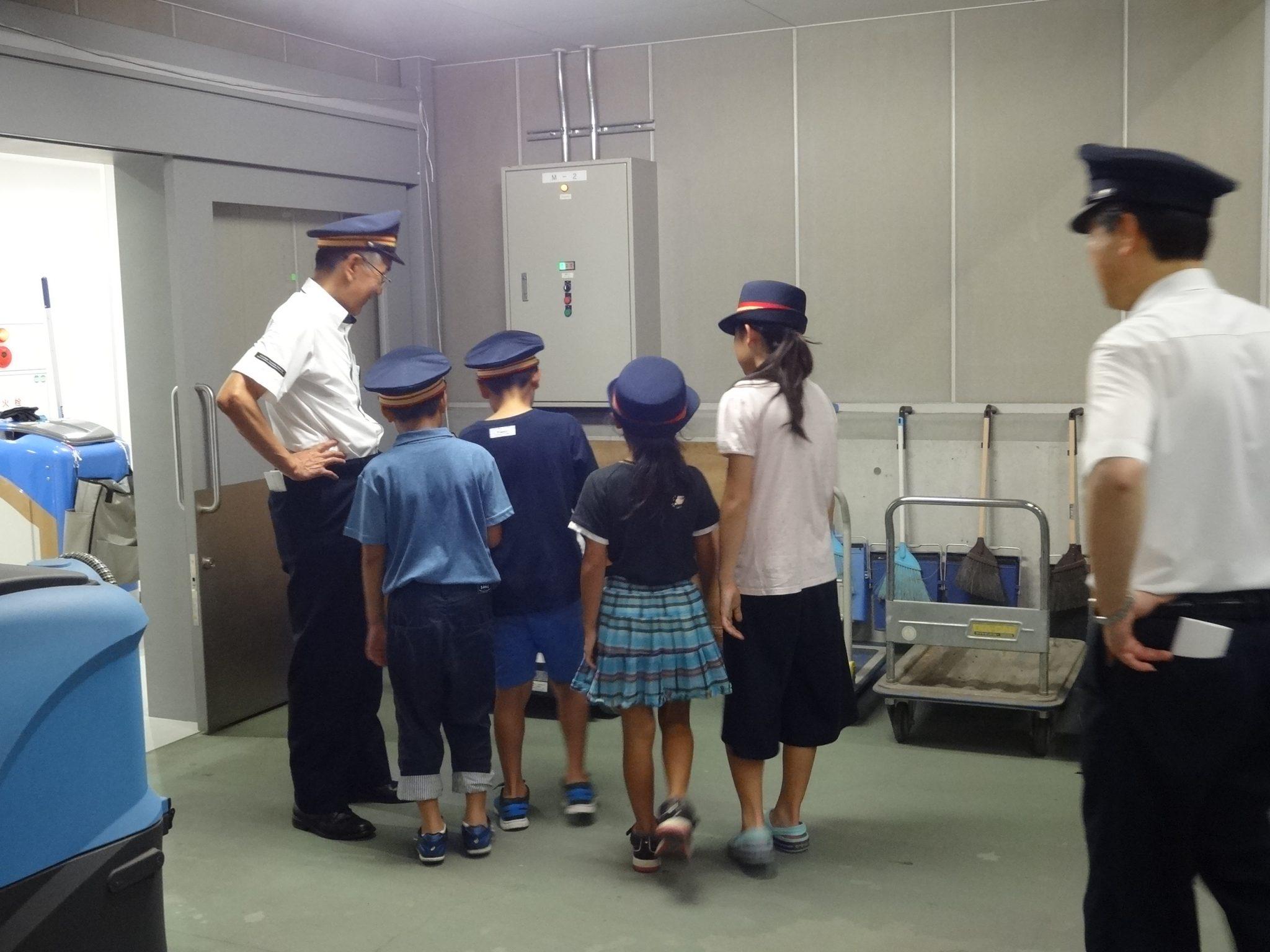 駅構内を巡回している写真 (富山駅)